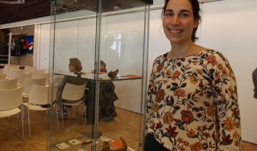 Archeologe Iris Briels bij de vitrinekast met enkele vondsten van de archeologische opgraving op het Van Nispen-terrein. | Foto: Piet de Boer