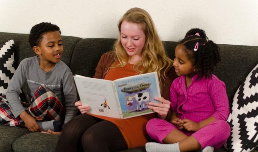 Voorlezen aan kinderen die moeite hebben met taal: het is leuk en leerzaam.