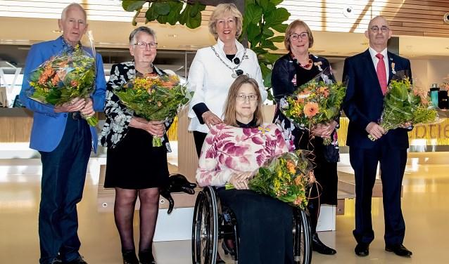 V.l.n.r. Piet van der Meer, Gerda van der Meer-van Goozen, burgemeester Laila Driessen, Conny Keijzer, Carla Jansen en Hans Kruidenberg.