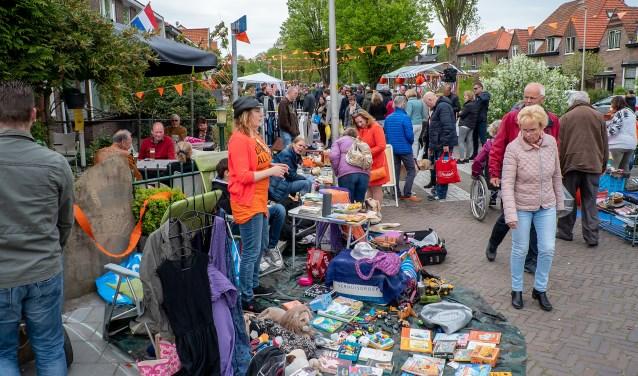 De vrijmarkt in het oude dorp is altijd een feestje op zich, zowel voor de kopers als voor de verkopers.