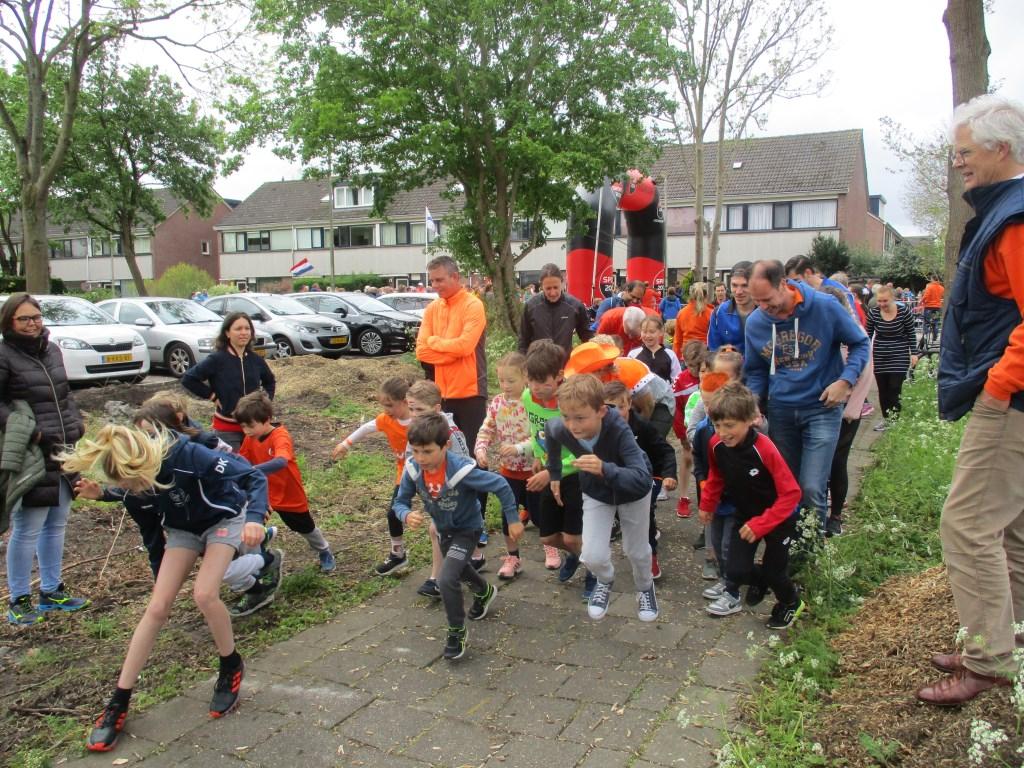 De start van de Kinderloop.  © uitgeverij Verhagen