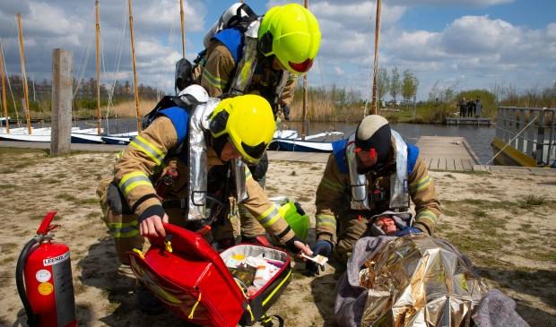 Een 'slachtoffer' met brandwonden wordt gestabiliseerd