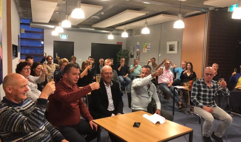 Deelnemers proosten op de oprichting van het Broodfonds. | Foto: pr.