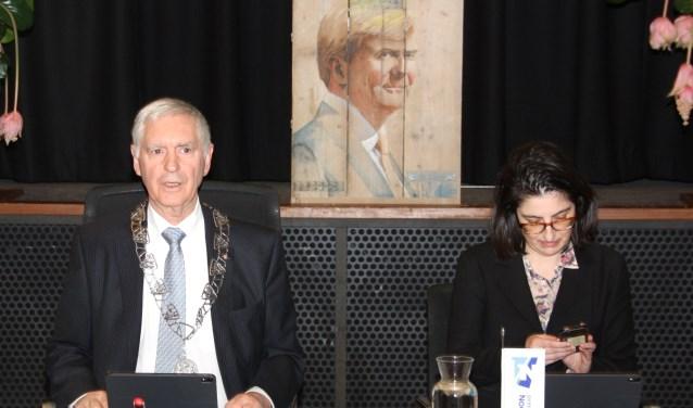 Waarnemend raadsvoorzitter Hans Knapp leidde de vergadering waarin discussie over een aantal moties.   Foto: WS