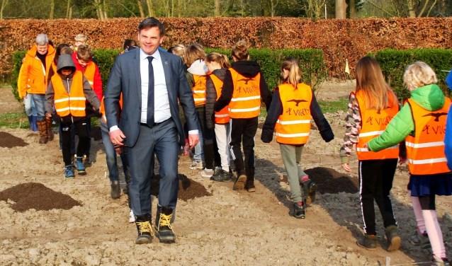 Wethouder Dirkse opent samen met de leerlingen het schooltuinseizoen. Foto Ton Lommers.
