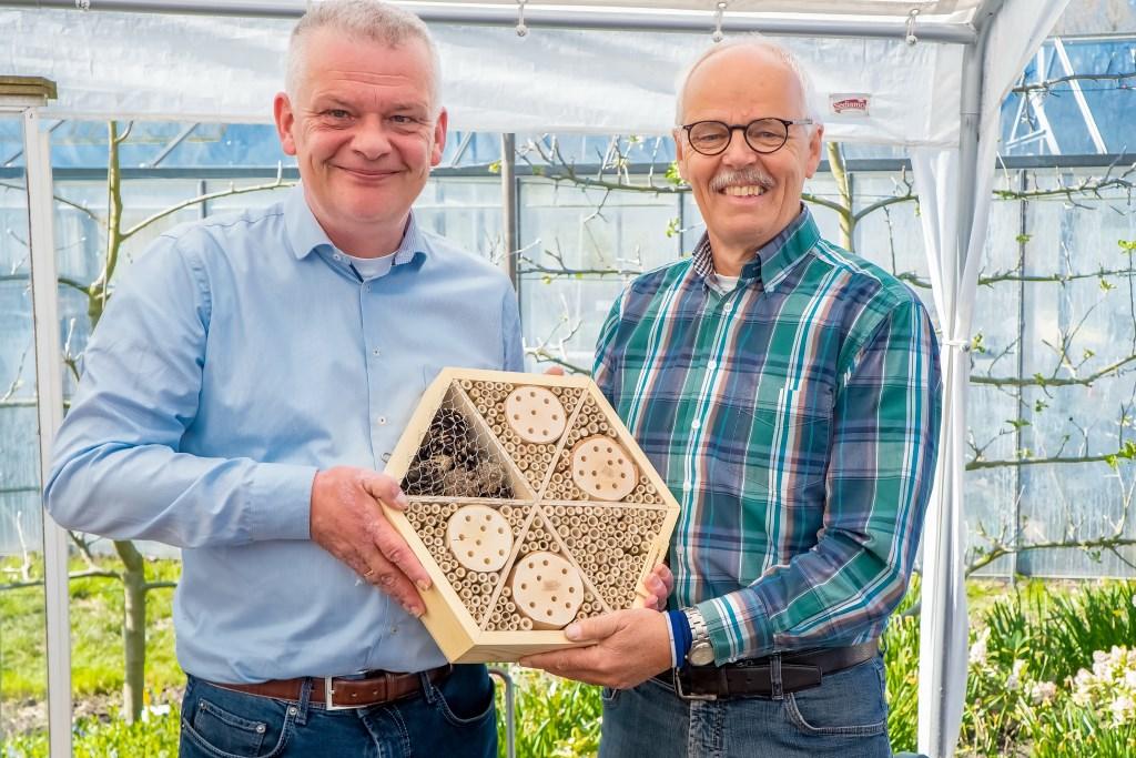 Wethouder Binnendijk overhandigt een bijenhotel aan Joop van Huut.  Foto: Johan Kranenburg © uitgeverij Verhagen