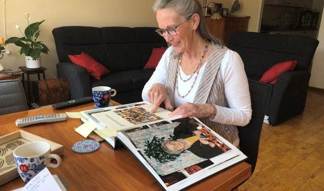 Nellie van der Heyden laat in haar woonkamer de fotoboeken zien van haar familie.   Foto: Caroline Spaans