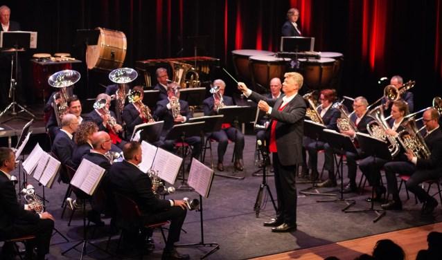 Flora Brass, met hun nieuwe kostuums,  onder leiding van dirigent Joop van Dijk.