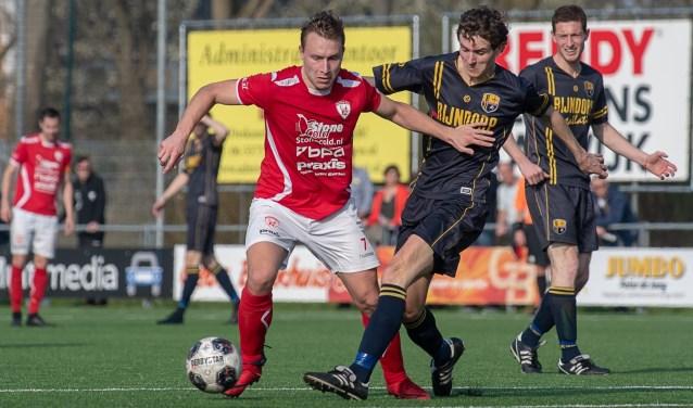 FC Oegstgeest, met hier Bas Nieuwenburg, moest uiteindelijk buigen voor eerste klasser Sportlust. | Foto lichtenbeldfoto.nl