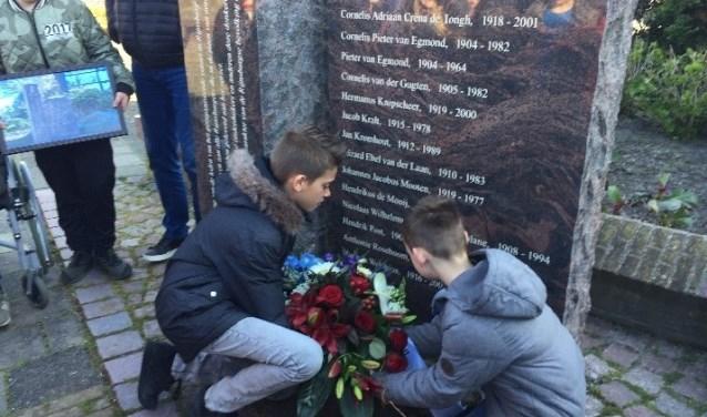 Bij het monument zijn bloemen gelegd.