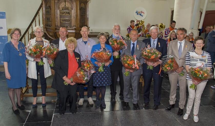 De tien gedecoreerden.   Foto: Willem Krol