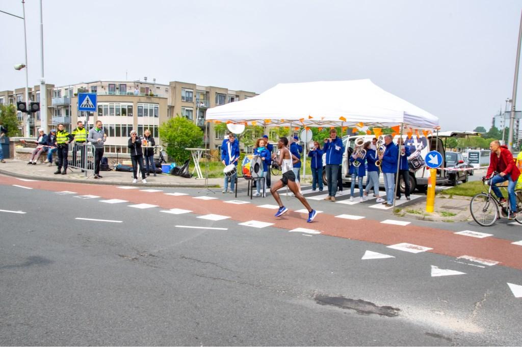 De latere winnaar van de hele marathon, Lema Mekonnen uit Ethiopië, is net vanaf de Zijldijk gekomen en gaat richting de Spanjaardsbrug. Foto: J.P.Kranenburg © uitgeverij Verhagen