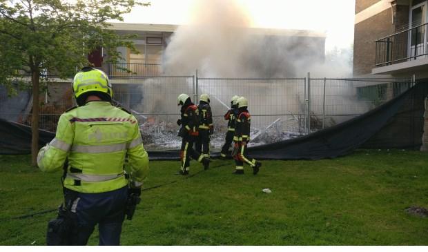 De brandweer zette via de achterkant de blussing in