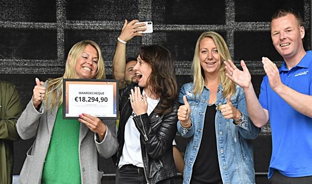 Marjolein van Zanten (links) met de cheque voor Nina Schmitz (tweede van links).   Foto: Piet van Kampen