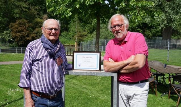 Frans Brocken (links) is ere-bestuurslid van de St. Hart voor Leiderdorp. Rechts voorzitter Eric Filemon.