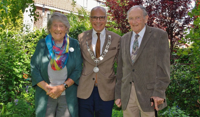 Toot en Frits Welter met burgemeester Jaensch in hun midden. | Foto Willemien Timmers