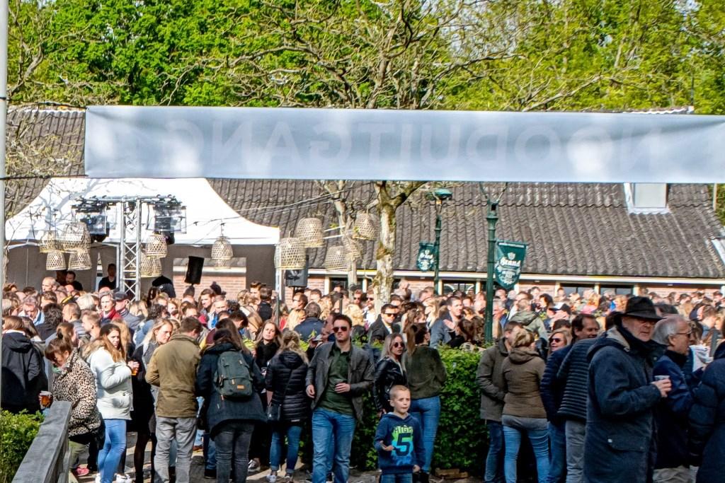 Feest op het terras van Brasserie Park. Foto: Johan Kranenburg © uitgeverij Verhagen