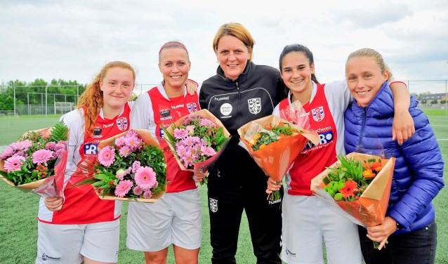 RCL nam afscheid van v.l.n.r. Luna van den Hout, Sabine Verheul, coach Janet Griffioen, Jennifer Beharie en Dominique van Wensveen.