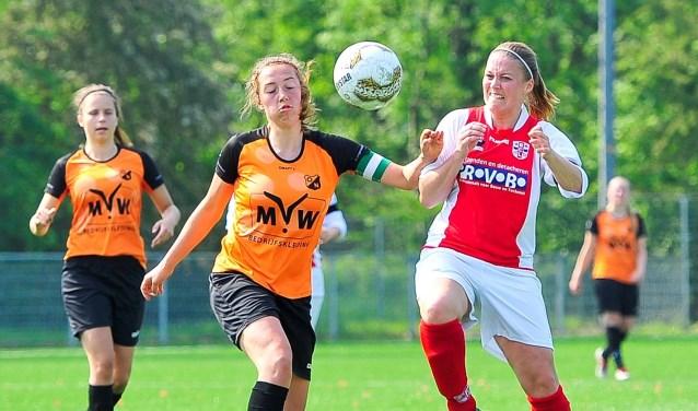 Sabine Verheul van RCL in duel met aanvoerster Sanne Beerta van Oranje Nassau.