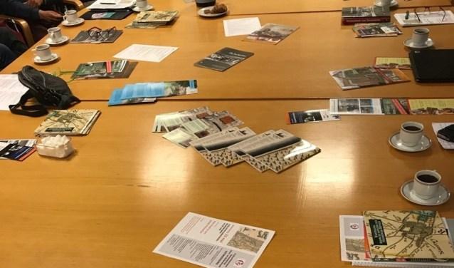 Een volle vergadertafel bij het CHG. | Foto: Jacolien van der Valk.
