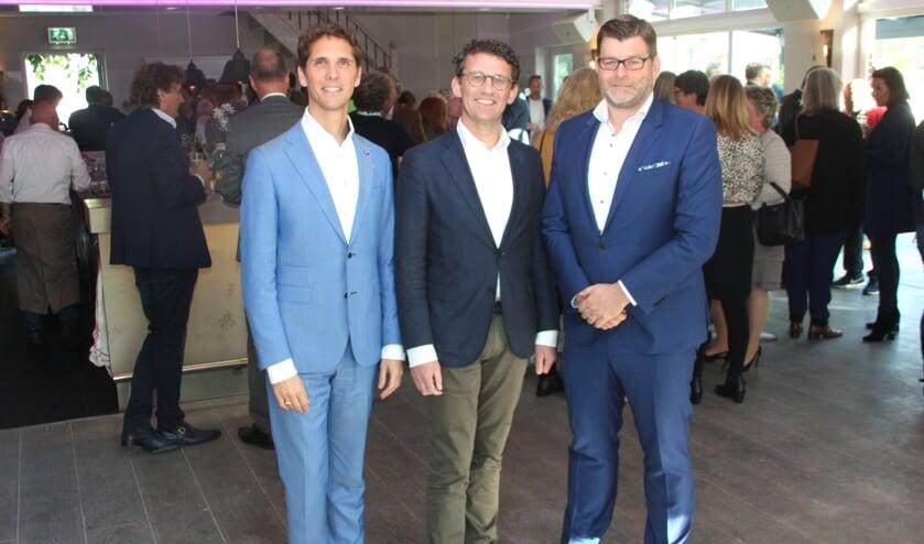 Gastheer Peter Duivenvoorde (R) verwelkomde  wethouder Roberto ter Hark(L) en NOV-voorzitter Cees van Wijk in het Koetshuis van Landgoed Tespelduin. | Foto: WS
