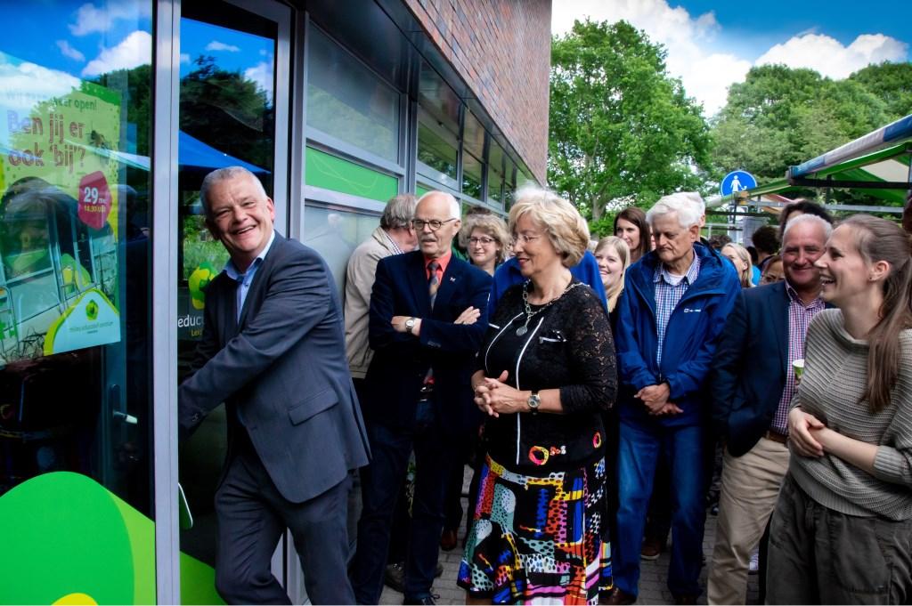 Wethouder Daan Binnendijk opent de deur van het vernieuwde MEC.  Foto: J.P.Kranenburg © uitgeverij Verhagen