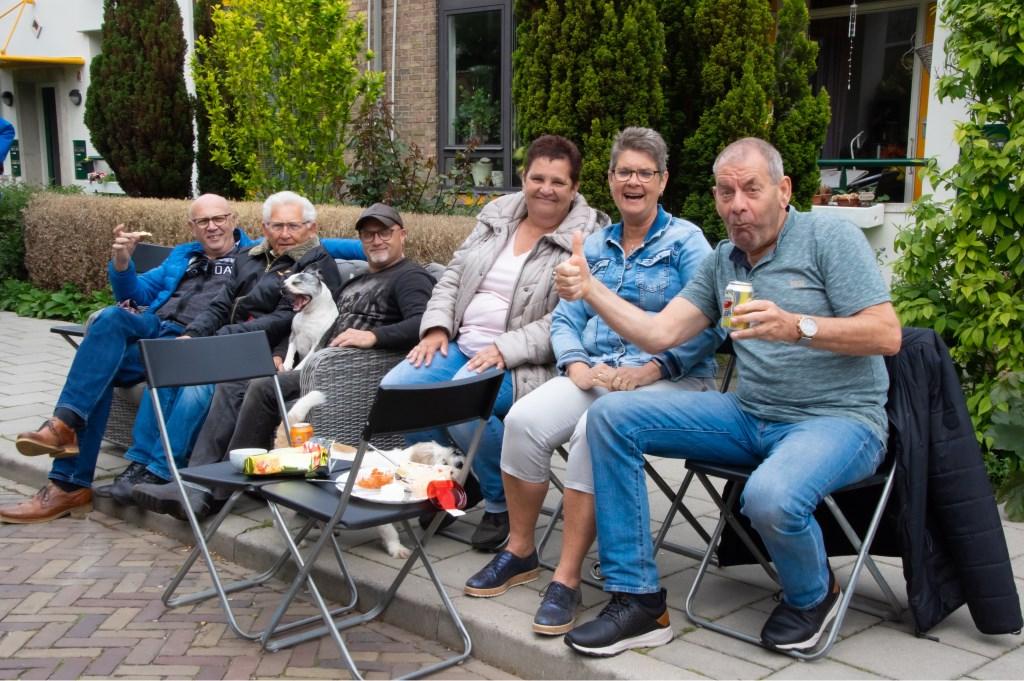 Gezellig met een hapje en drankje langs de kant.  Foto: J.P.Kranenburg © uitgeverij Verhagen