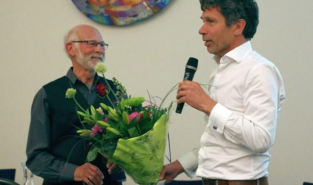 Een boeket bloemen voor verhalenverteller Ton Hetebrij.
