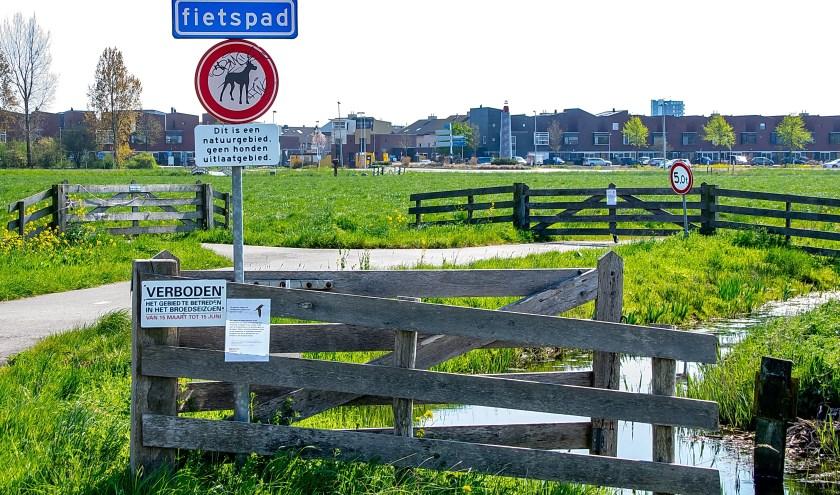 In het Leiderdorpse deel van de polder zijn de voet- en fietspaden gesloten in het broedseizoen.   Foto: J.P. Kranenburg