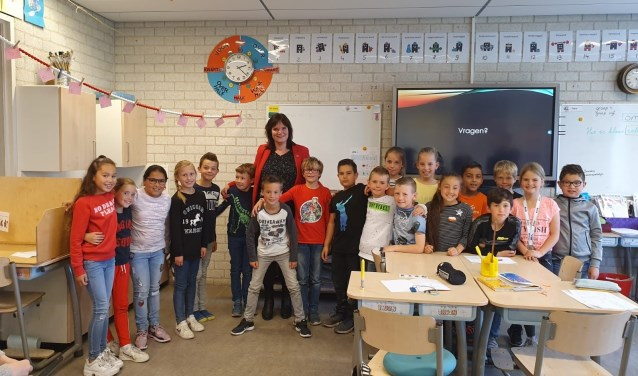 Onderwijswethouder Angelique Beekhuizen met leerlingen van De Hobbit. | Foto: PR