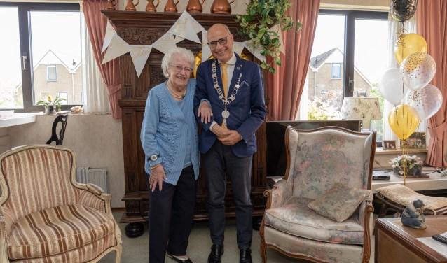 Burgemeester feliciteerde de honderdjarige Riek van Leeuwen-Segers.