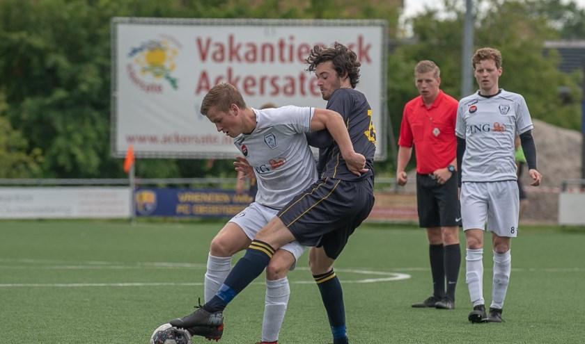 Daniël van Vliet, de maker van de 2-0, in duel om de bal.