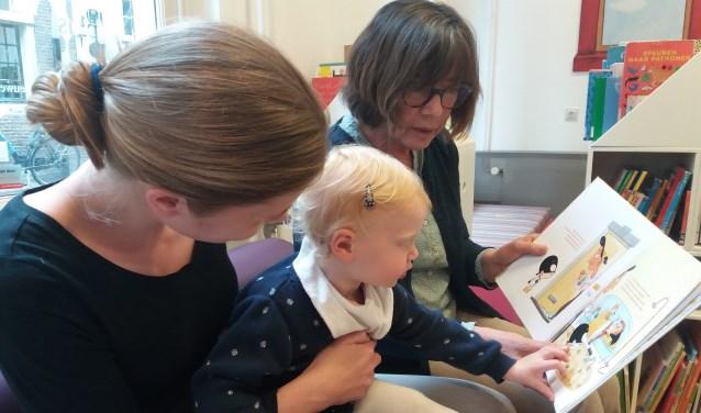 Raaijmakers leest voor aan de 1-jarige Zoë. | Foto: pr