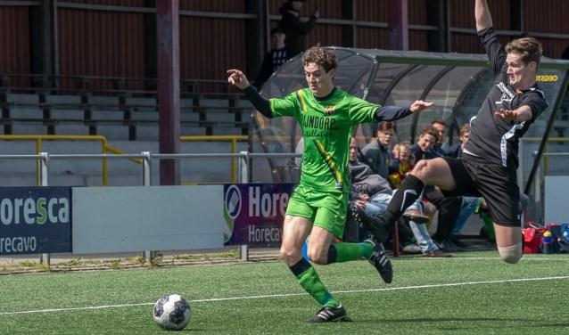Zevenhoven zet een tackle in op Bas Nieuwenburg. Foto: lichtenbeldfoto.nl