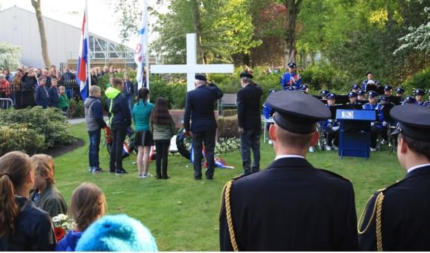 De kranslegging door twee veteranen, de heren van Hese (Royal Netherlands Navy) en Ommering.