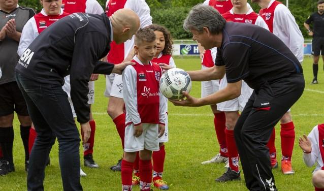 Adis Bibuljica krijgt een voetbal met de handtekeningen van alle spelers van RCL 1.