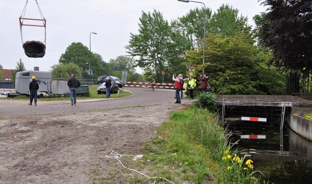 Een 15 ton zware kraan van Verschoor takelde op kosten van de gemeente Oegstgeest twee boten uit de afgesloten Pastoorswetering.