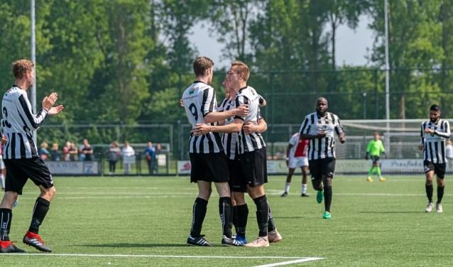 Een feestje bij het doelpunt (1-1) door Wesley Haasnoot.   Foto: Johanna Wever