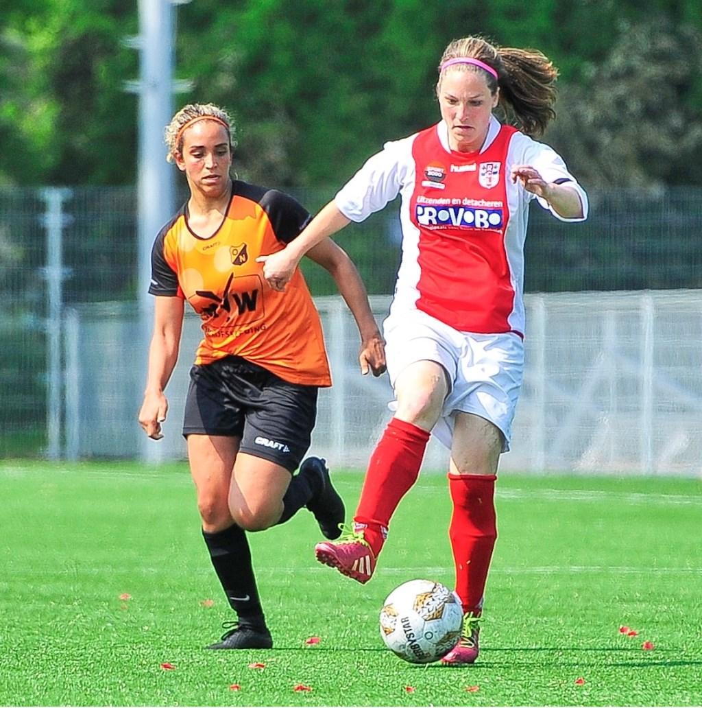 Geke Maat van RCL passeert Nadia Oukake maar ook deze aanval strandt. Foto: Gert Jan van Heyningen © uitgeverij Verhagen