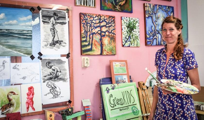 De roze achterwand in het atelier van Marleen is behangen met tal van schetsen en oefenschilderingen. | Foto: Mark Ruis