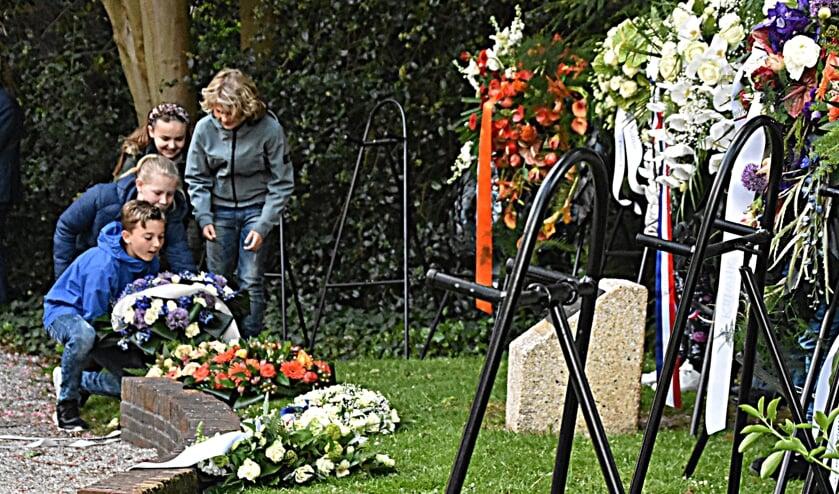 Schoolkinderen brengen een bloemengroet aan de oorlogsslachtoffers. | Foto en tekst: Piet van Kampen
