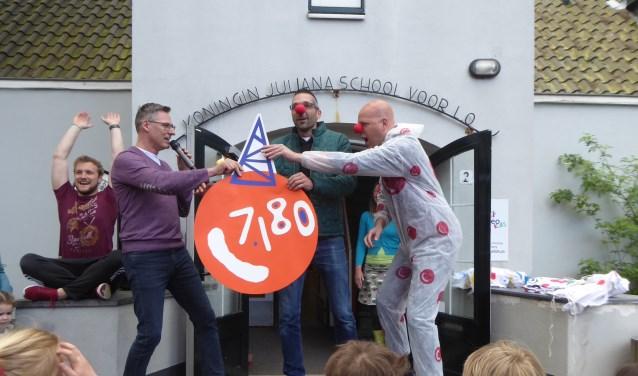 KJS schoolleider Maarten Meijer (links) overhandigt de cheque aan Bas Duijm (midden) en ouderraadslid Douwe Sikkema. | Foto: PR