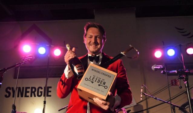 Voorzitter Thijs Hemmes met de trofee voor winnaar De Clercq advocaten die al naar huis was. | Foto: Emile van Aelst.