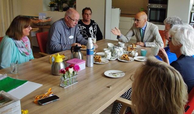 Burgemeester Emile Jaensch in gesprek met de vrijwilligers van het hospice.