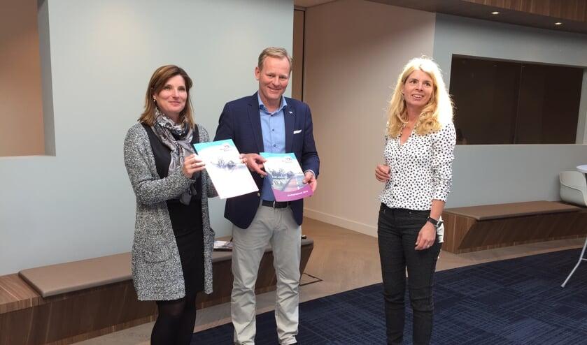 Wethouders Jolanda Langeveld en Fred van Trigt ontvingen de jaarimpressie van Gesmar Pruijs (rechts). | Foto: EA