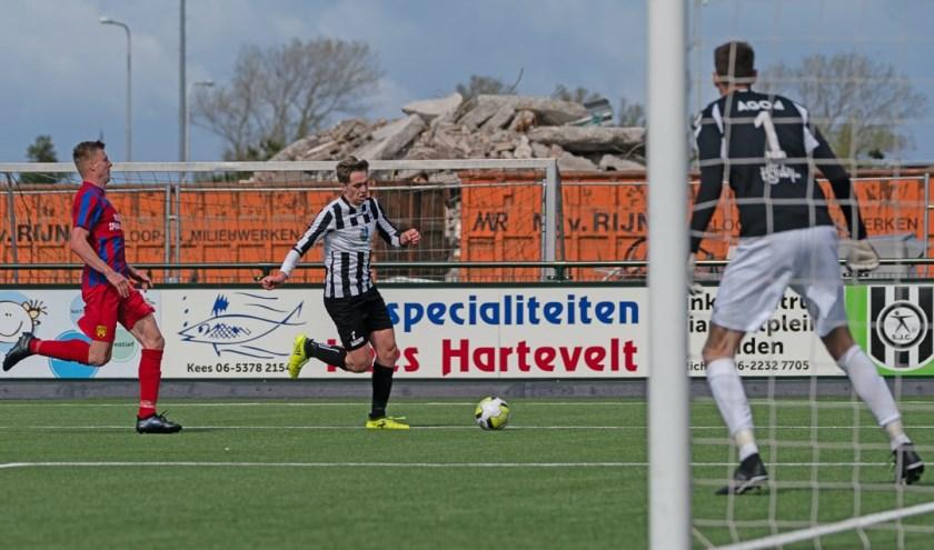 Aankomend talent Aaron Koeman mocht in de slotfase zijn debuut in de hoofdmacht maken. | Foto: Johanna Wever