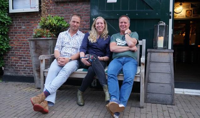 V.l.n.r. Jan Suijkerbuijk, Linda van Zijp en Christ Kreugel van de Vrienden van het Oude Dorp.