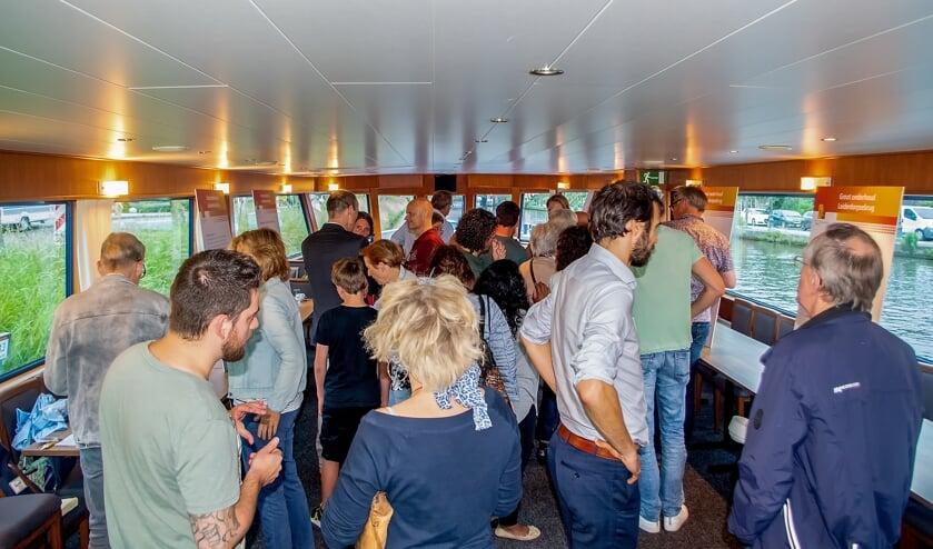 De informatieavond over het werk aan de Stierenbrug was in stijl georganiseerd op een boot die lag afgemeerd in de Oude Rijn, zo'n honderd meter voor de burg.