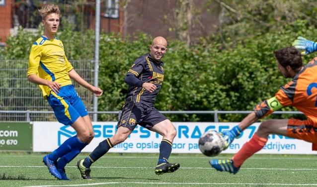 Lars van Bommel scoort, vlak voor rust, de belangrijke 2-1. | Foto lichtenbeldfoto.nl