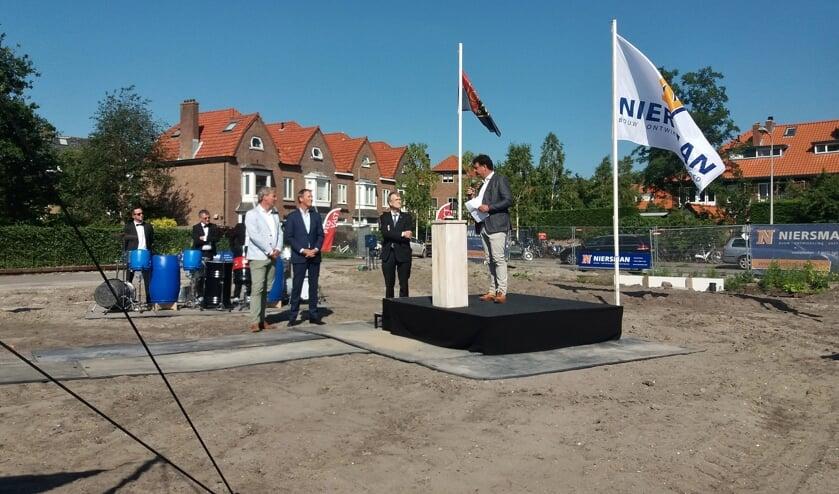 Hans Juffermans (ASC) spreekt wethouder Jan Nieuwenhuis, Mark Niersman (Bouwbedrijf Niersman) en Arno van der Voort (Provast) toe.